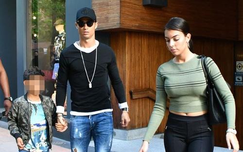 Ronaldo ăn mặc sành điệu đưa bạn gái và con trai đi mua sắm