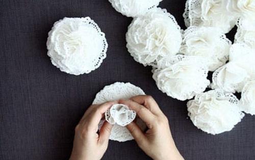 Từ miếng giấy lót biến thành đèn hoa cực xinh mà chẳng cần phải khéo tay