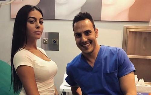Giữa tin đồn mang thai, bạn gái Ronaldo lộ ảnh tới phòng khám tư gặp bác sĩ