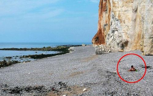 Ngồi hóng mát trên bãi biển, cô gái không ngờ mình may mắn thoát chết như vậy