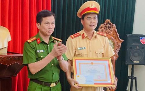 Khen thưởng đại úy CSGT cởi áo cầm máu cho người bị tai nạn