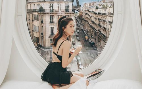 Ngọc Trinh khoe dáng với trang phục gợi cảm, đón bình minh sang chảnh trên đất Pháp