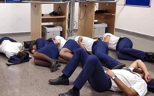 Trong nghề mới thấm: 24 người phi hành đoàn tố hãng Ryanair bỏ đói, bắt họ ngủ trên sàn nhà vì
