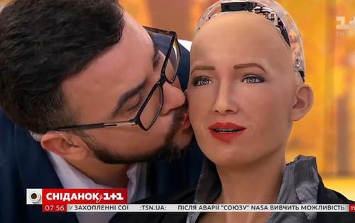 Robot Sofia có nụ hôn đầu đời với