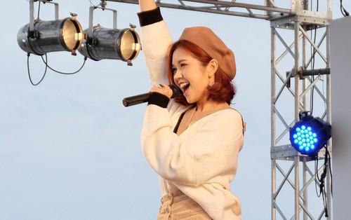 """Suni Hạ Linh gây bất ngờ khi cover """"Xe đạp"""" bằng tiếng Nhật cực ngọt trên sân khấu nước bạn"""
