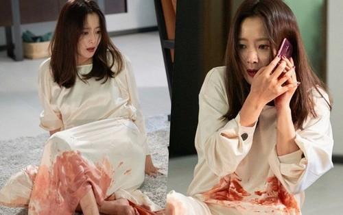 Kim Hee Sun gây sốc với vẻ ngoài xác xơ cùng bộ váy ướt đẫm máu