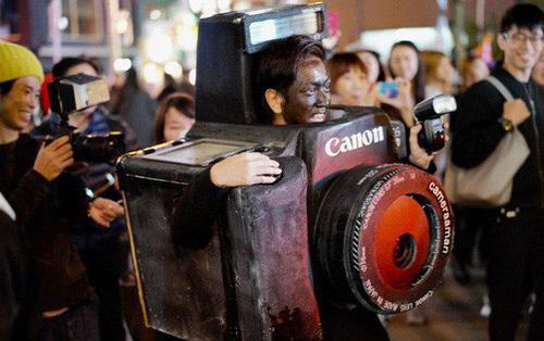 Đêm Halloween bạn sẽ hóa trang thế nào? Anh chàng này biến thành chiếc máy ảnh Canon to tổ chảng để đi chụp mọi người đây này
