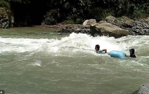 Thầy cô vượt 14 con suối, trôi theo dòng nước để đến trường