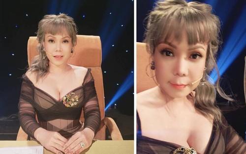 Việt Hương trẻ trung với tóc nhuộm màu, váy hở sâu khoe vòng 1 gợi cảm ở tuổi 41