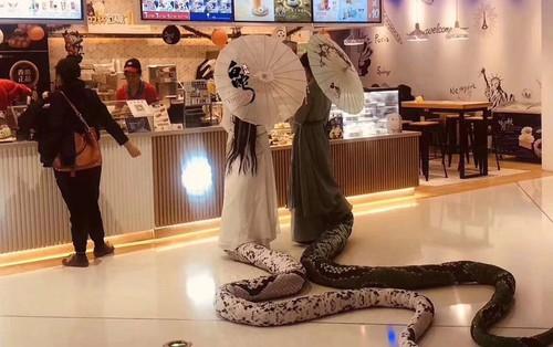 """Bắt gặp Thanh Xà Bạch Xà đi mua trà sữa, nhận danh hiệu bộ đôi """"chơi hết nút"""" nhất Halloween tại Trung Quốc năm nay"""