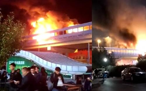Cháy nổ xe chở hóa chất trên đường cao tốc ở Thượng Hải