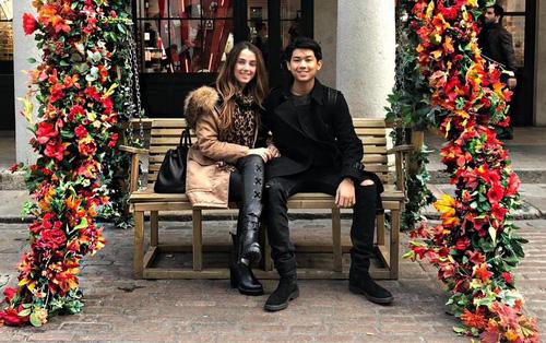 Thiếu gia em chồng Hà Tăng - Hiếu Nguyễn nắm chặt tay bạn gái, kỷ niệm 1 năm yêu ngọt ngào
