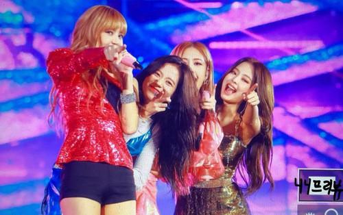 """Vắng Dua Lipa, Black Pink vẫn diễn """"Kiss and Make Up"""" cực sung tại solo concert đầu tay"""