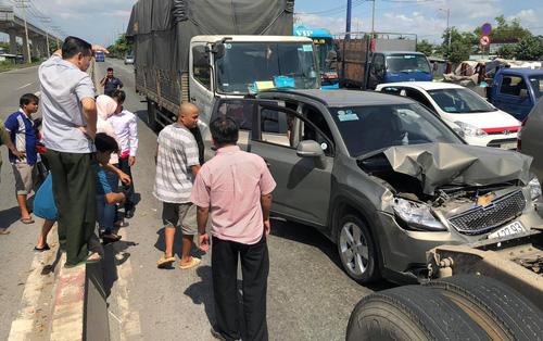 """Bị xe tải """"húc"""" từ phía sau, 5 người trên ô tô bẹp dúm kêu cứu trên Xa lộ ở Sài Gòn"""