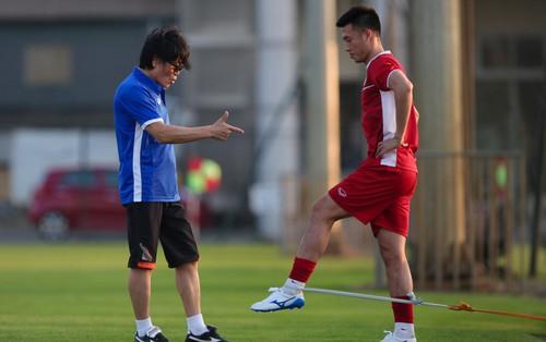 """""""Thần y"""" người Hàn Quốc sang chi viện cho tuyển Việt Nam trước trận đấu với Malaysia"""