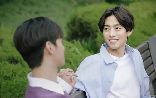 """""""Top Management"""" tung bộ ảnh ngọt ngào giữa 2 mỹ nam Soo Young và Yeon Woo"""