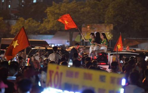 Hàng triệu CĐV cả nước ùa ra đường ăn mừng chiến thắng của đội tuyển Việt Nam trước Malaysia