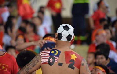 """""""Chiếc lưng tiên tri""""đoán trúng phóc chiến thắng 2 - 0 của tuyển Việt Nam trước Malaysia"""