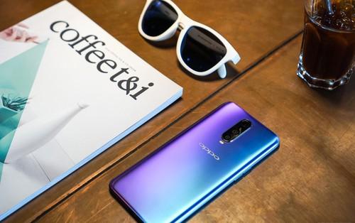 Mở hộp điện thoại Oppo R17 Pro xanh xanh hồng hồng chị em nhìn vào thích mê
