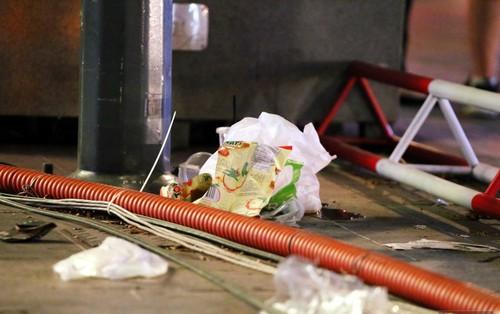 Phố đi bộ Nguyễn Huệ ngập rác, thức ăn thừa sau trận đấu giữa đội tuyển Việt Nam và Malaysia