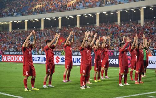 Sau trận đấu giữa Việt Nam và Malaysia, các cầu thủ đứng giữa sân giơ tay chào cảm ơn người hâm mộ kiểu Viking