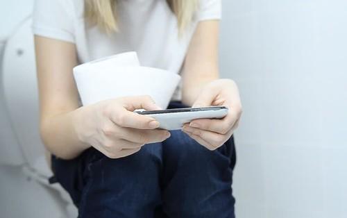 Mang điện thoại vào nhà vệ sinh khiến bạn có nguy cơ rước phải 4 căn bệnh nguy hiểm sau