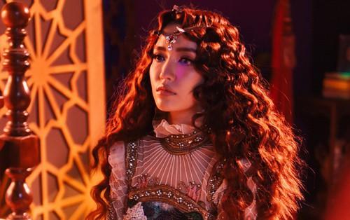 """""""Choáng ngợp"""" với câu chuyện drama của hội chị em """"bà đồng"""" Bích Phương trong MV """"khủng"""" vừa ra mắt"""