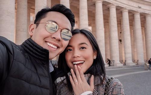 Cô chị trong cặp chị em blogger gốc Việt nổi tiếng Instagram được người yêu điển trai cầu hôn tại Ý