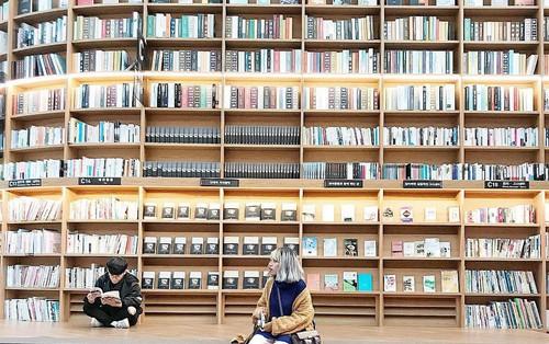 Thư viện nằm dưới lòng đất hot nhất Seoul, ai đến cũng ngẩn ngơ vì ngoài đời còn hoành tráng hơn trên hình!