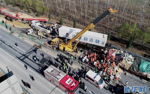 Tai nạn nghiêm trọng ở Trung Quốc: 28 xe tải, xe đầu kéo đâm liên hoàn trên đường cao tốc