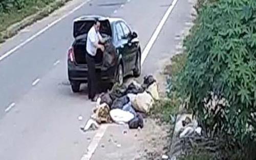 """Cựu cán bộ phòng LĐTBXH đi ô tô đổ rác ra đường thanh minh """"đang dọn nhà nên nhiều rác"""""""