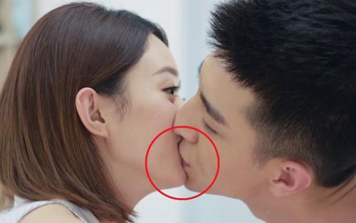 Khán giả cảm thấy khó hiểu khi Kim Hạn cứ hôn vào... cằm của Triệu Lệ Dĩnh trong