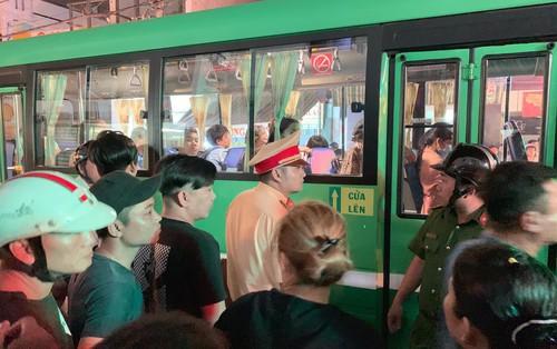 Va chạm giao thông, tiếp viên xe buýt dùng dao truy sát người đi xe máy ở Sài Gòn