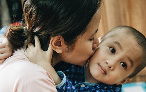 """Lời tâm sự xúc động từ mẹ em bé ung thư não trong bộ ảnh """"24h của Tom"""": Mình không được than vãn, vì con mới thiệt thòi..."""