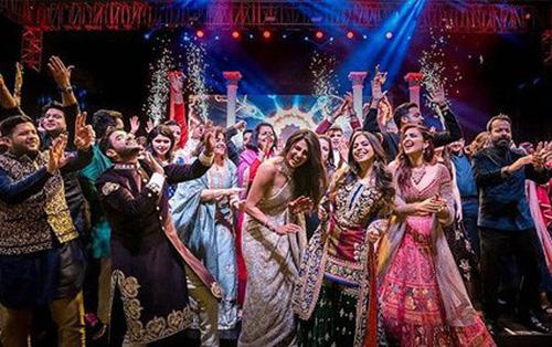 Gia đình Nick Jonas và Hoa hậu Thế giới ca hát, nhảy múa tưng bừng mừng