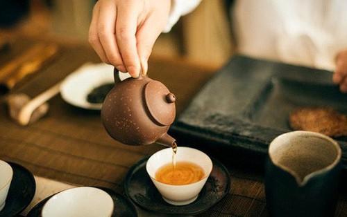 6 thứ lành mạnh nhất mà bạn nên thêm vào ly trà uống hàng ngày