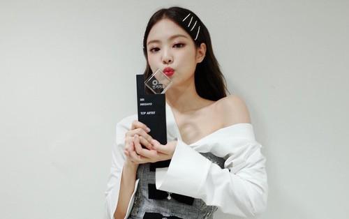 """Bị mỉa mai từ vũ đạo đến khả năng hát live khi giành No.1, Jennie (Black Pink) sắp thành """"con ghẻ"""" của netizen thật rồi!"""