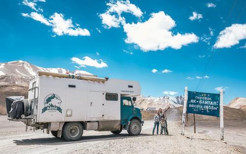 Bỏ lại cuộc sống bận rộn, gia đình 3 người lái xe tải đi khắp thế gian và cho ra những bức ảnh đẹp rụng rời