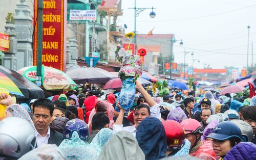 Hàng ngàn người đội mưa tìm về chợ Viềng để mua hàng cầu may