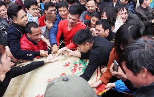 Chùm ảnh: Hàng trăm thanh niên giẫm đạp, cướp chiếu cầu quý tử trong lễ hội