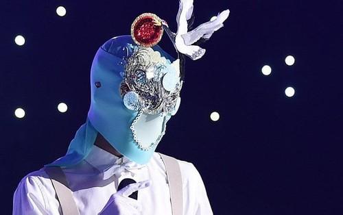Tác giả hit của Wanna One khiến các fan nữ phát sốt vì giọng ca sexy trên show hát giấu mặt