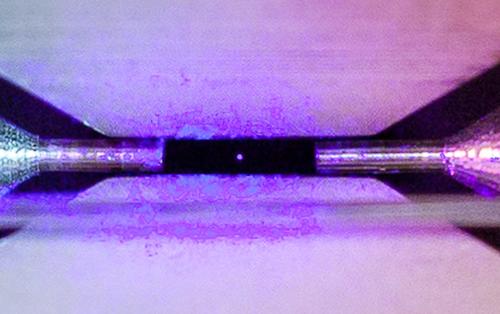 Dám cá là bạn chưa bao giờ nhìn thấy tấm ảnh chụp một hạt nguyên tử duy nhất như thế này