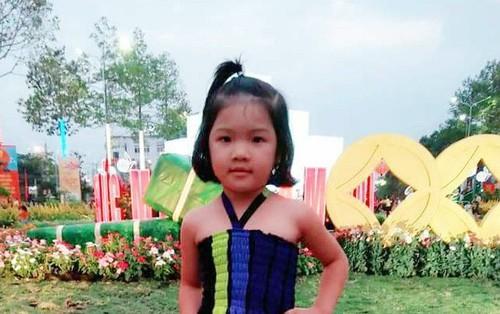 Bình Phước: Bé gái 4 tuổi nghi bị người quen bắt cóc, bố mẹ trẻ ngược xuôi tìm con trong vô vọng