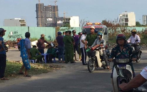 Người dân hốt hoảng phát hiện thi thể phân hủy nằm cạnh rào chắn công trình ở Sài Gòn