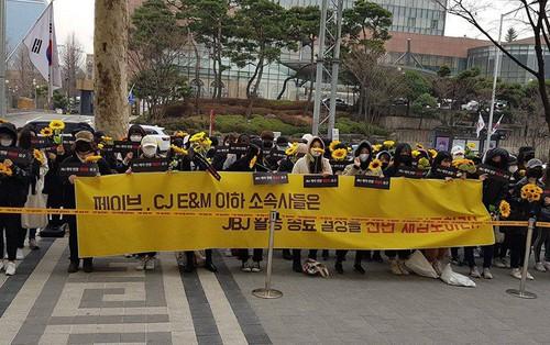 """Không chấp nhận quyết định tan rã, fan của boygroup """"Wanna One hụt"""" xuống đường biểu tình im lặng"""