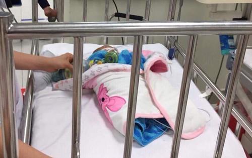 Từ điểm tắc hàng tiếng đồng hồ trên cao tốc Pháp Vân, bé 3 tháng tuổi được xe chuyên dụng của CSGT đưa đi cấp cứu