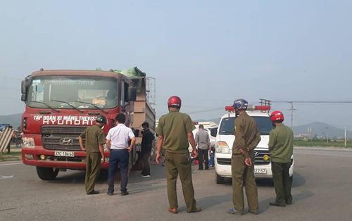 Nghệ An: Va chạm với xe tải, thai phụ và con trai 3 tuổi văng khỏi xe máy tử vong thương tâm