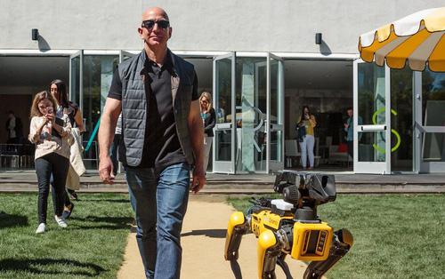 Nhân ngày nắng đẹp, ông chú giàu nhất thế giới Jeff Bezos quyết định dắt chó ROBOT đi dạo cho bảnh