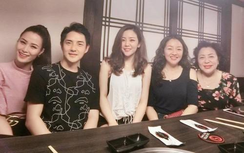 Đông Nhi rạng rỡ ăn tối cùng gia đình Ông Cao Thắng nhân dịp sinh nhật mẹ của bạn trai