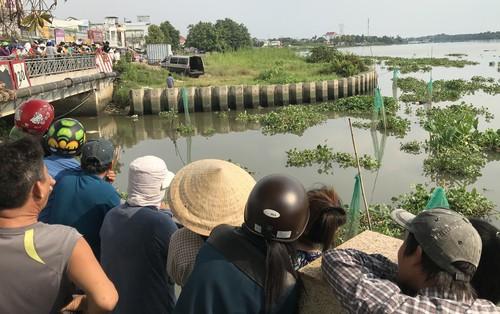 Hàng trăm người dân theo dõi vớt xác người đàn ông trên sông Sài Gòn